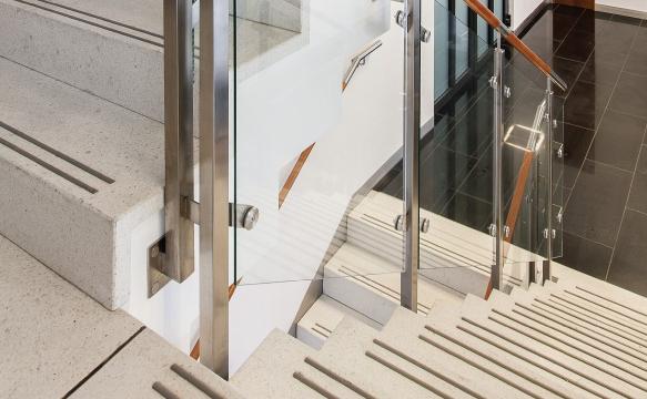 Płytki antystaryczne NORDIC BELLO na schodach | DASAG
