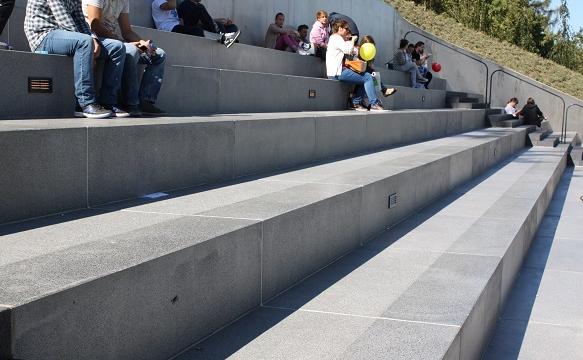 Ławka betonowa z oparciem zastosowana w nowoczesnym amfiteatrze | DASAG